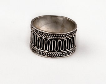 Vintage Silver ring. Wide band. Weave design.
