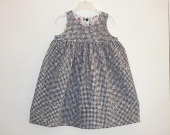 Robe bébé taille 12/18 mois, petits carreaux noirs et blancs et petites fleurs blanches, froncée