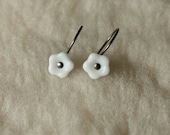 Hypoallergenic Earrings - White Flower Drops - Niobium Earrings for Sensitive Ears / Nickel Free