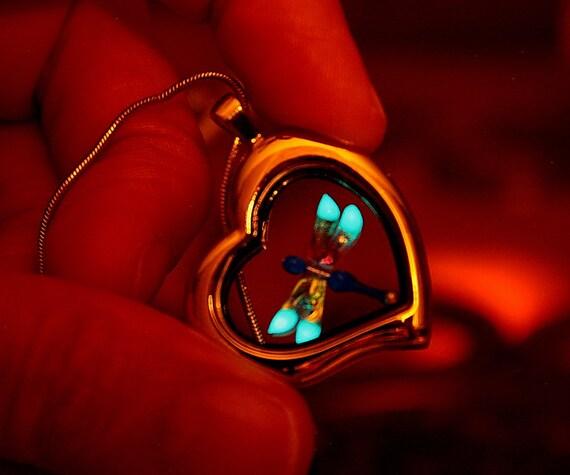 Petite libellule en pendentif médaillon lueur dans l