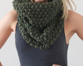 Chunky Knit Infinity Scarf in Dark Green