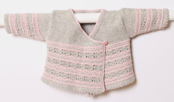 Baby Wrap Cardigan / Instructions in English  / PDF instant download / 4 Sizes : Newborn, 1, 3 and 6 months / Kitting pattern