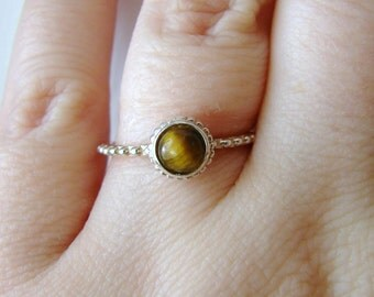 Vintage sterling silver ring with tigers eye center stone- size 7