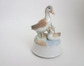 Vintage Ducks Music Box  - Mama Duck & Duckling  Figurine Music Box - Plays Everybody Loves Somebody - Made In Japan by Otagiri