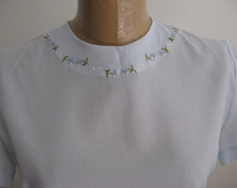 Vintage Blouse / Tailored Silky Crepe Blouse /Pale Blue Embroidered Daisies / DAISY top / Sweet Vintage Top / Pale Blue