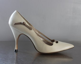Quali Craft heels bow hand lasted bone taupe 1950's pointed toe pumps sexy and fabulous sleek laces and knots pretty very small size 5-1/2 B