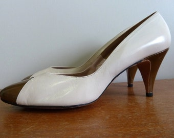 60s Heels - Cream Brown Leather - Johansen Brand - Pumps Shoes - Vintage 1960s - 10 B