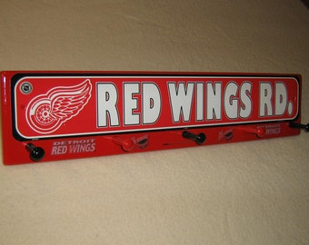 Detroit Red Wings (in red)