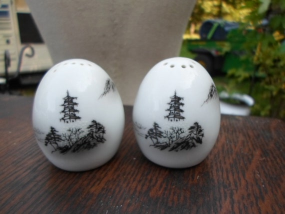 Vintage 1960s white egg shaped salt and pepper by kimskreations17 - Egg shaped salt and pepper shakers ...