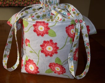 Pretty Drawstring Lunchbag in Gray With Red Floral