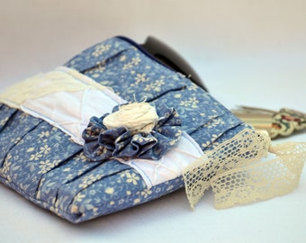 Blue with white flowers pleated Clutch Purse, zippered Pouch, summer Clutch, wristlet