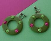 Green BAKELITE Inlaid Flower Dangling Hoop Clip Earrings 50s Vintage