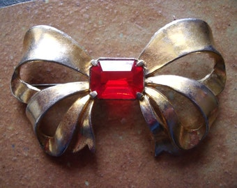 Vintage 1950s Unmarked Gold Tone Brooch Pin Shape Of A Bow With Red Stone
