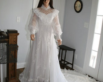 Beautiful vintage wedding gown!  Perfect for vintage wedding or Halloween costume!
