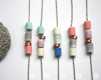 12// Bracelet/Perles en résine pailletée et cuivre sur une chaîne argentée