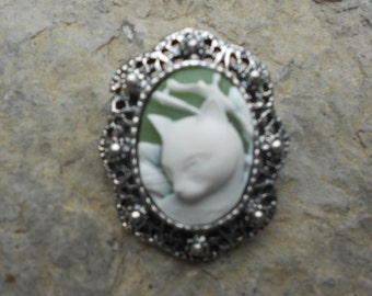 Stunning Brooch (Ivory Cat on Green!!!! Beautiful Detail and Great Quality!!!!