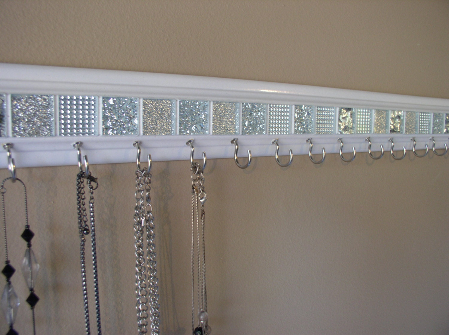 Jewelry organizer this necklace holder in white by - Porte bijoux maison du monde ...