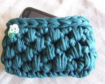 Made by Hand: Protective case for mobile smartphones, in green ribbon, crochet work.