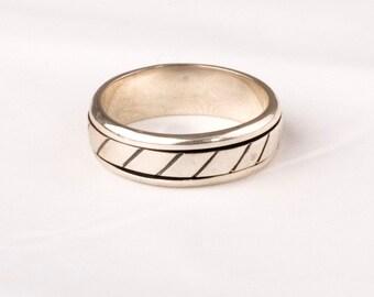 Stunning Vintage Silver Ring.    SPIN RING design.