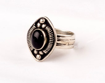 Stunning Vintage Silver Ring with a fine Onyx gem.    Unique design.