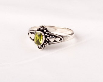 Exquisit Vintage Silver Ring with a fine Peridot gem.