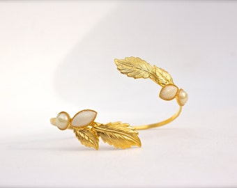 Fawn Bridal bracelet, Pearl and Leaves Gold Bridal Jewelry, Gold Bridal Bracelet, Gold Wedding Bracelet, Best friend, Gold Wedding Jewelry