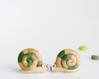 Autumn Snail Post Earrings - Fun woodland jewelry - Everyday earrings in gold, green and cream beige - Gift for nature lovers