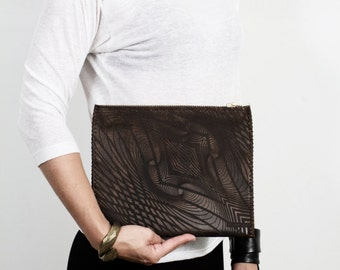ILLUSION CLUTCH Dark Brown Leather