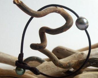 Man bracelet with two genuine black tahitian pearls. Very masculine