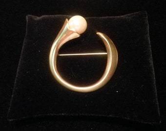 Sale! Abstract circle gold-tone and faux pearl brooch