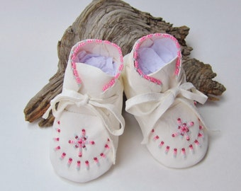 Pink Beaded Baby Moccasins, Infant Booties, Girls' White Shoes, Leather Baby Shoes, Native American Made, Toddler Shoes, Baby Shower Gifts