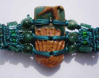 Emerald Green Sea Scallop Shell Macramé Bracelet