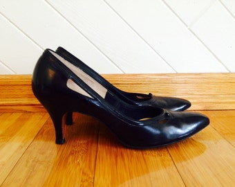 50s Red Cross Shoes Black Cut Out Pointy Toe Classic Pumps, size 6-1/2 to 7 Narrow