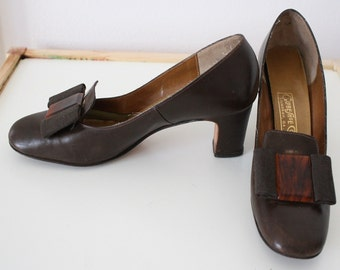 60s Shoes / vintage 1960s Mod Brown Leather Heels with Tortoiseshell Bow / 7.5 4A (Extra Narrow)