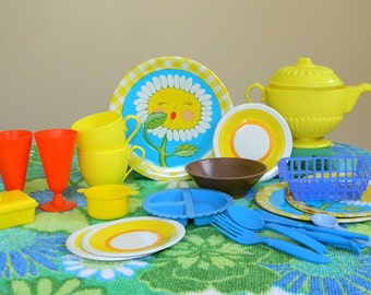 Vintage 1960s 1970s Collection of Metal and Plastic Toy Dishes