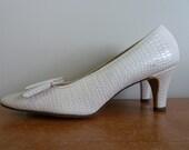60s Light Tan Shoes - Naturalizer Heels - Faux Reptile Texture - Gold Tone Details - Vintage 1960s - 8 aa