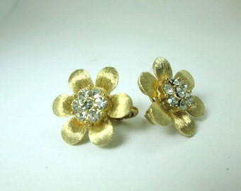 gorgeous Cr. TRIFARI brushed GOLD tone round CRYSTAL rhinestones frower earrings