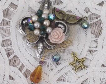 Fleur de Lis BROOCH - MARDI GRAS  Jewelry -  Carnivale  - Pin - Accessory