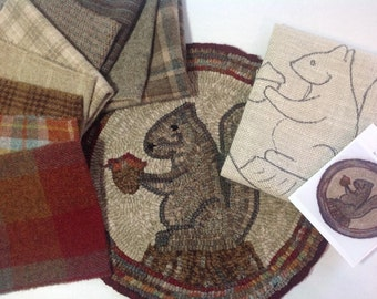 """Rug Hooking KIT, Woodland Squirrel Chair Pad or Table Mat, 14"""" Round, J758"""