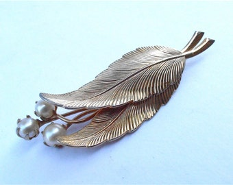 Vintage Faux Pearl Gold Tone Leaf Brooch Vintage Faux Gold Leaves Pin Two Golden Leaf Pin Vintage Three Pearl Brooch Vtg Off White Pearl Pin