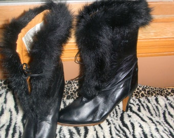 OSCAR DE La Renta Vintage Black Leather Boots.Runway Fashion Icon , Buckskin lining Stiletto Heels. Faux fur lined.