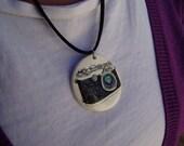 Medallón con cadena metálica pintado a mano de una camara de fotos vintage . Es posible personalizarlo detrás. Pieza unica.