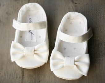 White flower girl shoes, white christening shoes, bow shoes, ivory baptism slippers, baby girl princess shoes, toddler dress shoes
