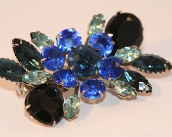 Vintage Brooch blue rhinestone