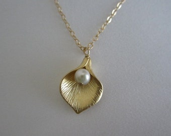 Calla Lily Flower Necklace. Pearl Pendant Necklace. Wedding. Bridal Jewelry. Silver. Gold. Rose Gold Flower. June Birthstone. Flower Pendant