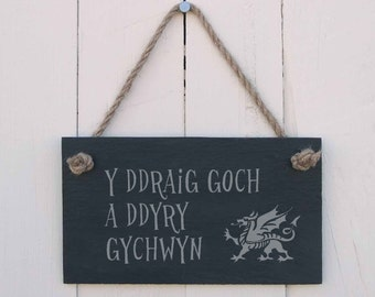 Welsh Language Slate Hanging Sign 'Y Ddraig goch a ddyry gywchwyn' (The Red Dragon Will Lead the Way) (SR99)