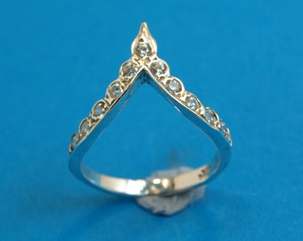 Sterling silver 925  V shape  ring. Weight: 2.5 grams.