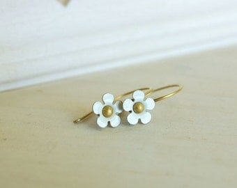 tiny white flower earring dainty daisy vintage enamel flower earrings - petit fleur (blanc)