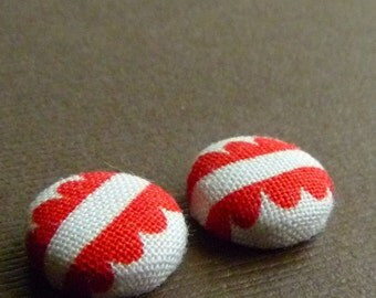 Scallops -- Red and White Scalloped Fabric Covered Button Earrings -- babblingbrookes