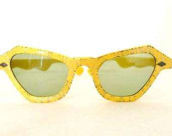 Vintage 50s Rockabilly Cat Eye Sunglasses/ NonRx Yellow Metal Confetti Sunnies/ Props, Fun, Dressup, Fashion. Nonprescription